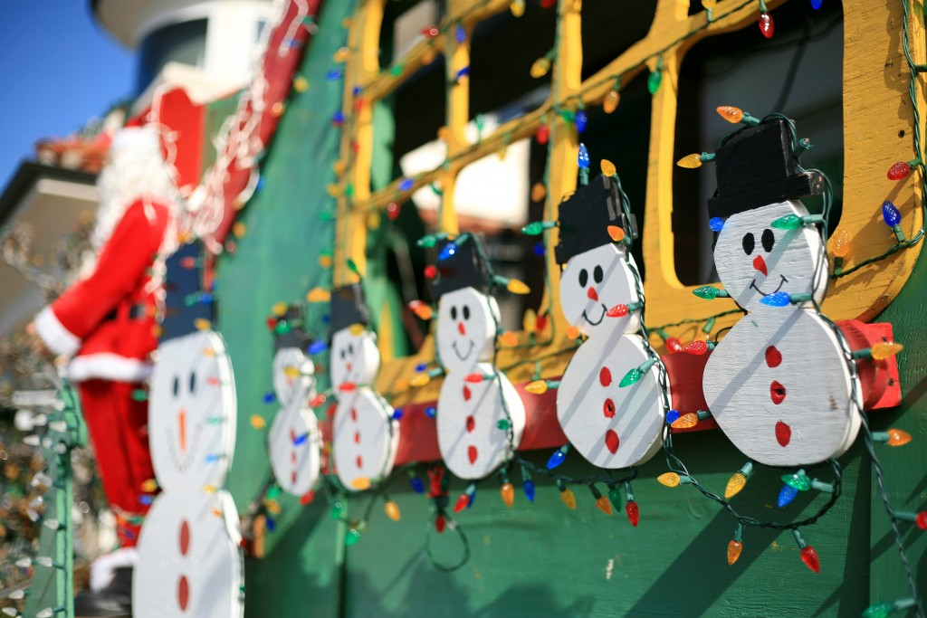 Snowmen decorate Santa's Village in front of the Vitarelli home. — Photo by Sara Hall ©